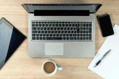 Tampo da mesa do escritório com dispositivos Foto de Stock