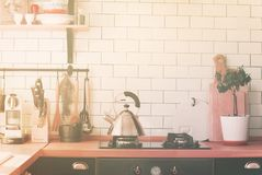Tampo da mesa do fogão do bule que cozinha a cozinha da casa da zona imagem de stock royalty free