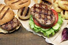 Tampo da mesa do piquenique com os hamburgueres e os vegetais grelhados BBQ Fotografia de Stock Royalty Free