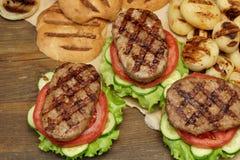 Tampo da mesa do piquenique com os hamburgueres e os vegetais grelhados BBQ Imagens de Stock