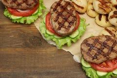 Tampo da mesa do piquenique com os hamburgueres e os vegetais grelhados BBQ Fotos de Stock Royalty Free