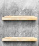 Tampo da mesa e prateleira de madeira vazios no muro de cimento, zombaria do molde fotografia de stock royalty free