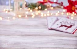 Tampo da mesa vazio com fundo das luzes de Natal do borrão Imagem de Stock Royalty Free