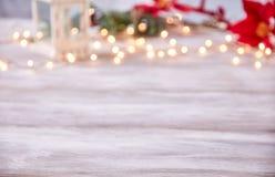 Tampo da mesa vazio com fundo das luzes de Natal do borrão Imagem de Stock