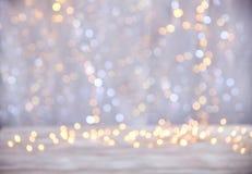 Tampo da mesa vazio com fundo das luzes de Natal do borrão Imagens de Stock