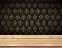 Tampo da mesa vazio com o papel de parede preto com a parede tailandesa do teste padrão, Temp imagens de stock royalty free