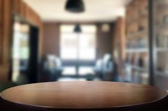 Tampo da mesa vazio da placa de madeira e para borrar interior sobre o borrão no coff fotografia de stock