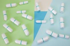 Tamponi puliti sanitari del cotone di mestruazione per protezione di igiene della donna Protezione tenera morbida per i giorni cr Fotografia Stock