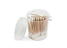 Tampons de coton dans le récipient en plastique rond sur un fond clair Photos stock