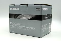 Tamron 16-300m m f/3 5-6 lente de la macro vc de 3 di ii para la caja de la venta al por menor de Sony Imágenes de archivo libres de regalías