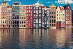 Tanów domy przy Amsterdam kanałowy Damrak, Holandia, holandie Zdjęcie Stock