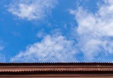 Tan颜色,在蓝天下的低屋顶在蓝天上 免版税库存照片