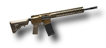 Tan AR-15 на белизне стоковое изображение rf