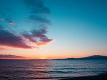 Tan azul, puesta del sol, playa vacía - Kavala, Grecia imagenes de archivo