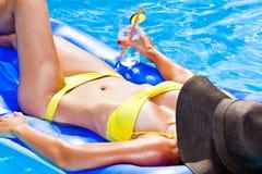 Tan bikinivrouw bij pool Stock Foto's
