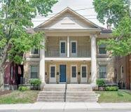 Tan Brick Apartment Building convertida con las puertas azules imagenes de archivo