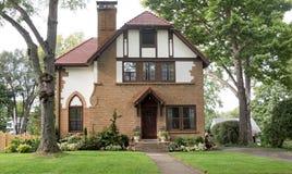 Tan Brick House anziana con il tetto di mattonelle rosse Immagine Stock