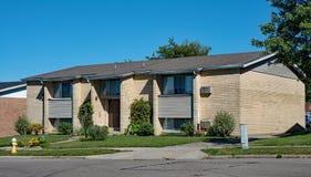 Tan Brick Low Income Housing-Wohnungen stockbild