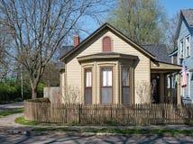Tan Corner Cottage met Natuurlijke Houten Piketomheining Royalty-vrije Stock Foto