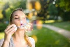Tan fácil como burbujas que soplan. fotografía de archivo