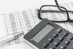 TAN generator, glazen, pen en TAN lijst voor online bankwezen Stock Fotografie