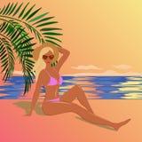 Tan het meisje gekleed in een roze bikini zit op het strand van het overzees a stock illustratie