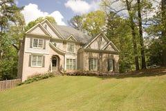 Tan Huis op Grasrijke Heuvel Stock Afbeelding