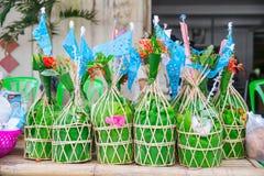 Tan Kuay Salak-Festival- Noordelijk Thais ritueel dat de mensen levensmiddel en kostbaarheden aan de tempel en de monniken zullen royalty-vrije stock afbeelding