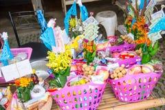 Tan Kuay Salak-Festival- Noordelijk Thais ritueel dat de mensen levensmiddel en kostbaarheden aan de tempel en de monniken zullen stock afbeeldingen
