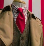 Tan regenjas & kostuum, geruit overhemd, rode band Stock Afbeeldingen