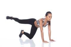 Tan Skin Asian Fitness Girl in Sport-BHschwarzes Spandex keucht Exe Stockbild