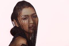 Tan Skin Asian Woman dans le soutien-gorge de sport, le treillis court et les dres nets noirs Images libres de droits