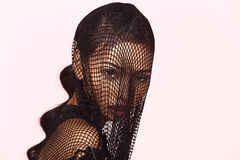 Tan Skin Asian Woman in sportbustehouder, kort Jean en zwarte netto dres Royalty-vrije Stock Fotografie