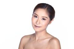 Tan Skin Female Model con el Mak limpio de la moda de la mirada de la belleza natural Imagenes de archivo