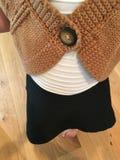 Tan Sweater och svartvit klänning Fotografering för Bildbyråer