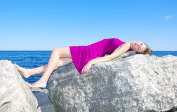 Tan van de zon op de rots Stock Fotografie