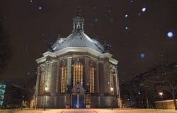 Tana Haag di Nieuwe Kerk coperto in neve alla notte, mentre nevicando Fotografia Stock