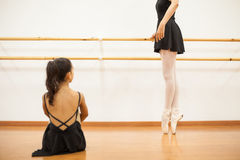 Tana instruktor pokazuje niektóre baletów ruchy Zdjęcie Stock