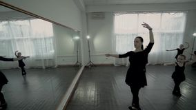 Tana nauczyciel i grupa małe baleriny balet klasę Baletniczy nauczyciel pokazuje ona małe baleriny nowa poza zbiory wideo