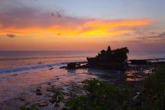 Tanah för hinduisk tempel för Balinese lott på solnedgången Arkivbild
