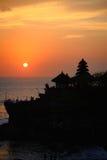 Tanah för hinduisk tempel lott i Bali på solnedgången Royaltyfri Bild