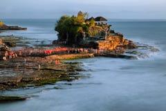 Tanah-Lostempel in Bali, Indonesien bei Sonnenuntergang Lizenzfreies Stockfoto