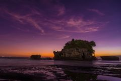 Tanah Lot-Sonnenuntergang stockfotos