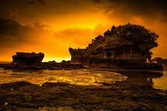 Tanah lotttempel på havet i den Bali ön Indonesien arkivfoto
