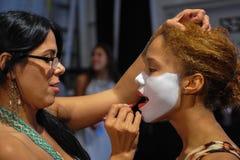 Tancerz dostaje przygotowywającym z makeup zakulisowym przy Luli Fama pokazem mody podczas MBFW pływania 2015 Zdjęcia Stock