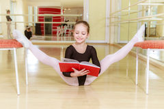 Tancerz na krześle z dancingową szkołą Fotografia Royalty Free