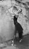 Tancerz przy starą ścianą Obraz Royalty Free