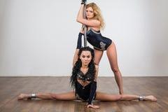 Tancerz robi akrobatycznym sztuczkom z i robi rozłamom Fotografia Stock