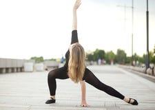 Tancerz ćwiczy outdoors Zdjęcie Royalty Free