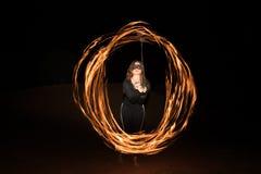 Tancerz z płomiennymi pożarniczymi pois po zmroku Zdjęcie Stock